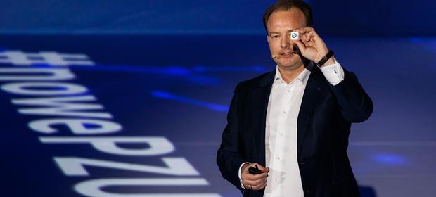 Paweł Surówka, prezes PZU, prezentuje innowacyjne urządzenie badające sposób jazdy kierowców