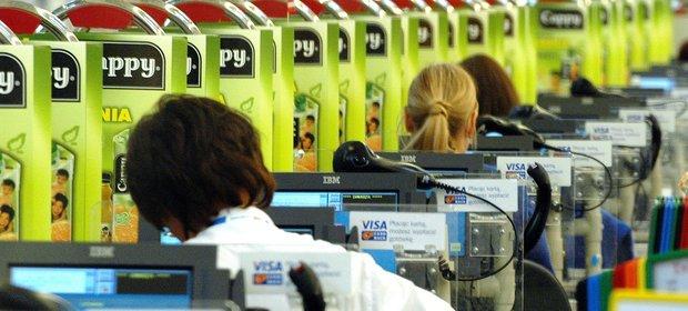 Po wejściu w życie zakazu handlu w niedziele, zarobki kasjerów spadły.