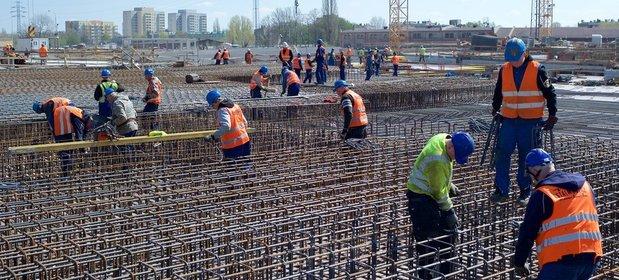 Prawie co trzeci budowlaniec dostaje płacę minimalną. Przynajmniej oficjalnie