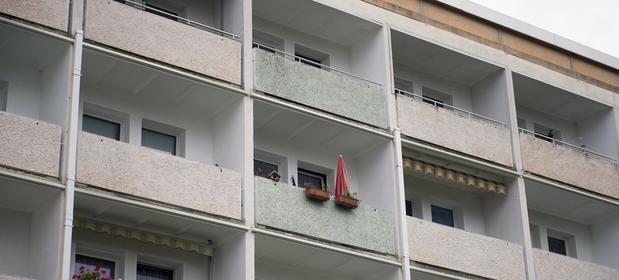 Regulamin wspólnoty i spółdzielni może zakazywać palenia na balkonie, ale wyegzekwowanie zakazu jest w praktyce bardzo trudne