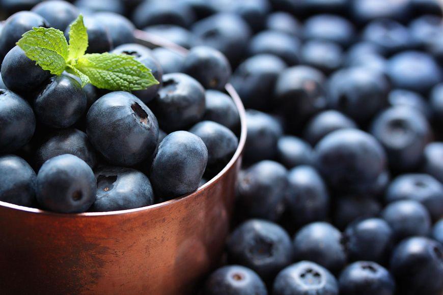 Niebieskie i fioletowe warzywa i owoce
