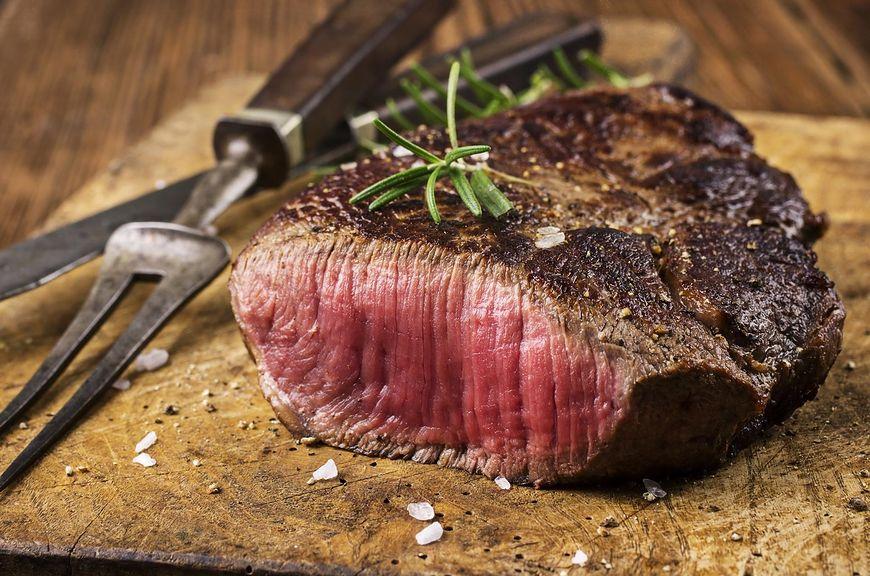 Zjedzenie krwistego steku może prowadzić do zatrucia pokarmowego