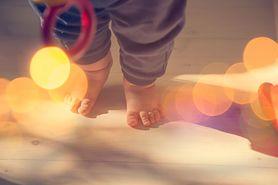 Dziecko chodzi na palcach