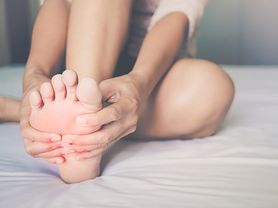Masz nocne skurcze nóg? Zobacz, o czym mogą świadczyć
