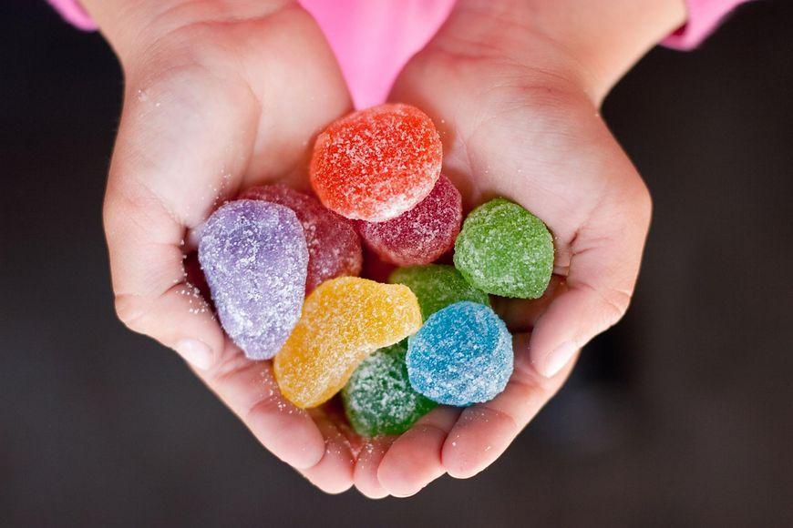 Niestety tak jak w wypadku każdego uzależnienia, tak i uzależnienie od cukru sprawia, że nasze dziecko pragnie go jeszcze bardziej