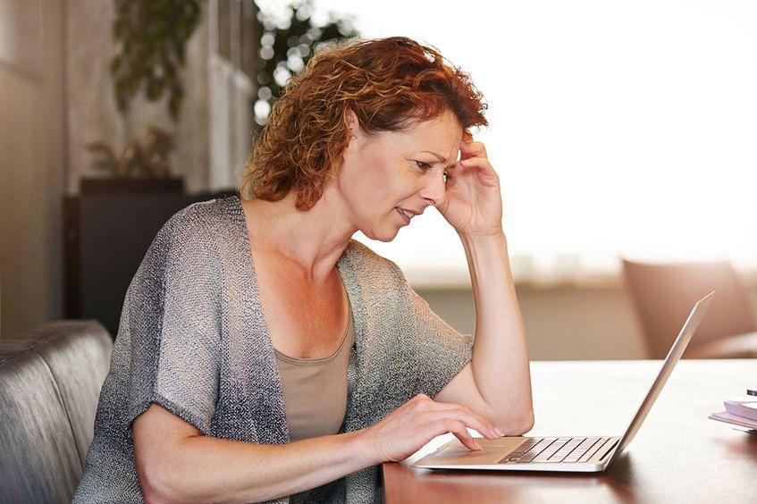 123rf.com Po 40 r.ż. zmiany hormonalne mogą powodować wczesne objawy menopauzy i gorsze samopoczucie