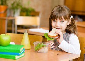 Koniec ze śmieciowym jedzeniem w polskich szkołach