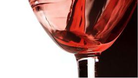 Lampka czerwonego wina wieczorem pomoże spalić tłuszcz (WIDEO)