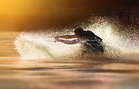 Wakeboard – na czym polega? Nauka, sprzęt i koszty