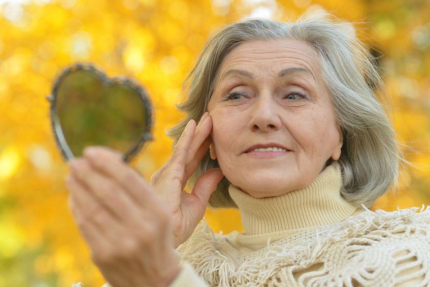 123rf.com Sześćdziesiąty rok życia to początek zmian, które można określać jako starość