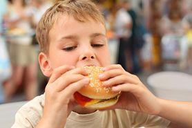 Dlaczego reklamy fast foodów są niebezpieczne dla dzieci?