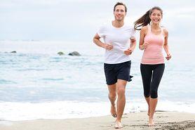 Bieganie po plaży boso – zalety i wady