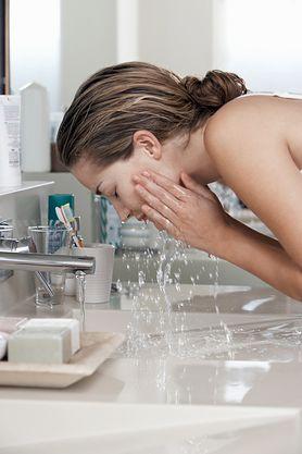 Dlaczego nie należy myć twarzy gorącą wodą?