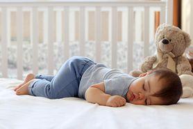 Jak nauczyć dziecko spać w łóżeczku?