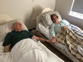 Byli małżeństwem przez 70 lat. Zmarli trzymając się za ręce