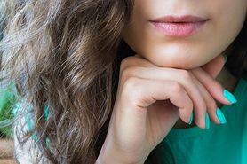 Skąd biorą się włosy na brodzie u kobiet?