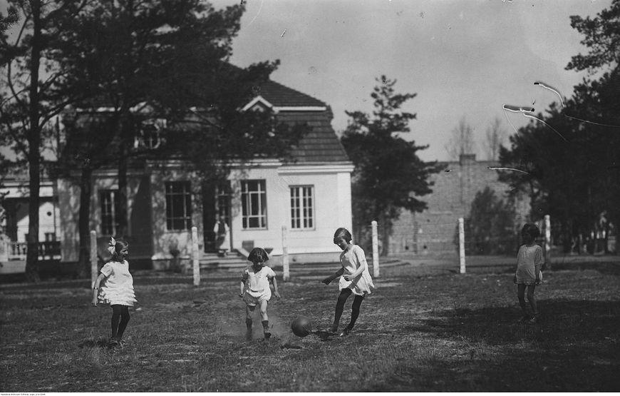 Dzieci bawią się piłką przed domem