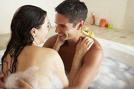 Można brać kąpiele we dwójkę. Zmieści się nawet w małej łazience