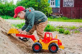Koparka do piaskownicy – przegląd zabawek do 100 zł