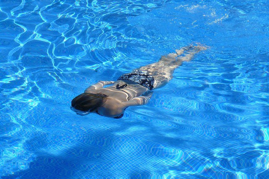 Pływanie świetnie wysmukla ramiona