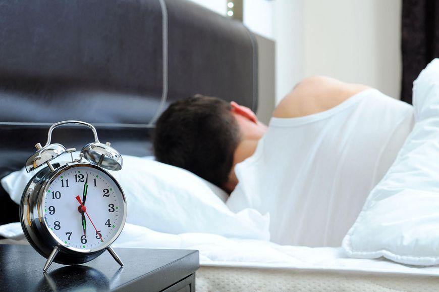 123rf.com Spanie na lewym boku korzystnie wpływa na serce i układ krążenia