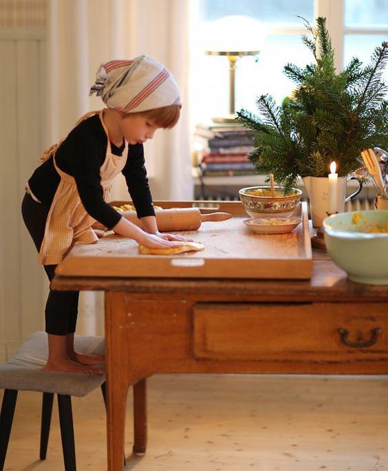 Dziecko w kuchni w czasie świąt