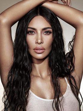 Kim Kardashian West zawdzięcza wąską talię diecie wegańskiej czy wycięciu żebra?