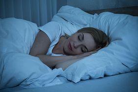 Nie tylko jedzenie przed snem sprawia, że nie możesz schudnąć. Sprawdź, czego nie robić wieczorem, gdy jesteś na diecie