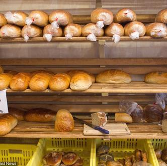 Bochenek chleba za 60 groszy, masło za 1,5 zł. Tak zmieniły się ceny od denominacji