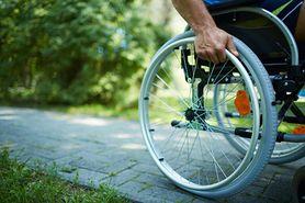70-latka rozdaje ulotki, by utrzymać niepełnosprawnego syna.(WIDEO)