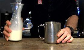 Latte art - piękny tulipan na kawie (WIDEO)