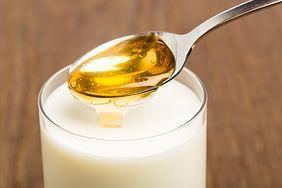 Mleko z masłem, miodem i czosnkiem - właściwości, przepis