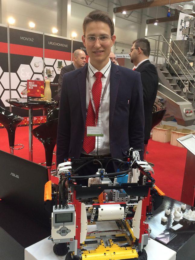 Inżynier Piotr Palczeski i jego drukarka 3D zbudowana z klocków Lego.