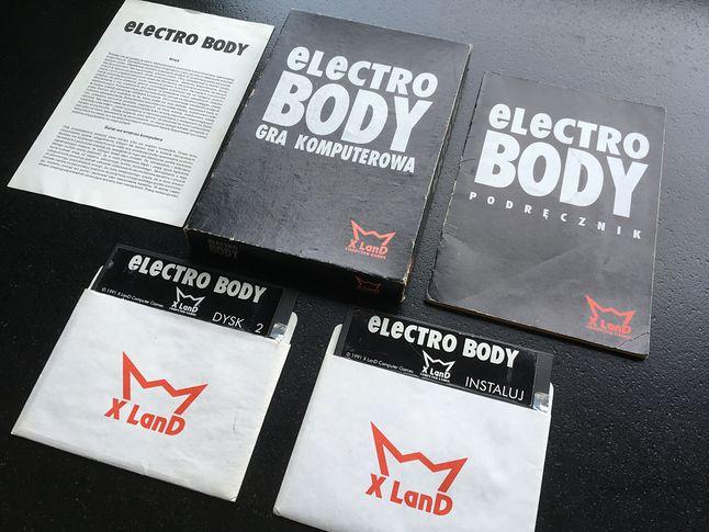 W pudełku znaleźć można było jeszcze kasetę magnetofonową z muzyką z gry