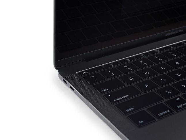Klawiatura MacBooka Pro jest tak samo wygodna jak ta, którą już znamy z MacBooka Retina. Nic dziwnego, gdyż ich mechanizm jest bardzo zbliżony. (Zdjęcie: iFixit)