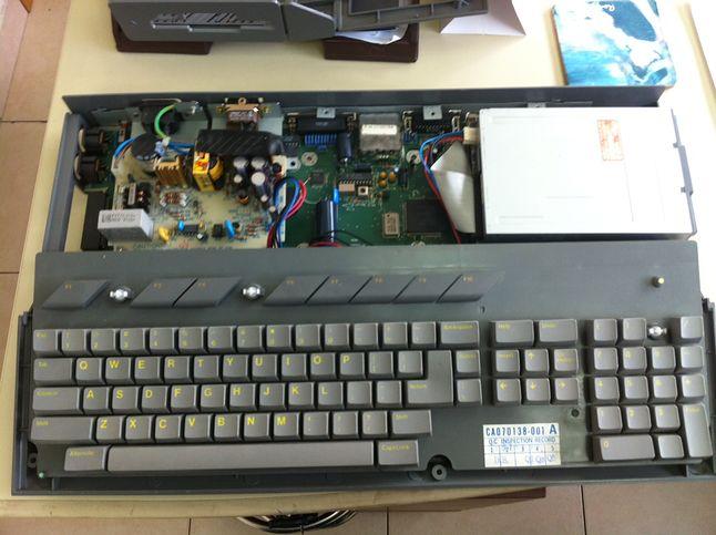 Ciemniejszy kolor plastiku z jakiego wykonana była obudowa Atari Sparrow oraz żółte literki na klawiaturze.
