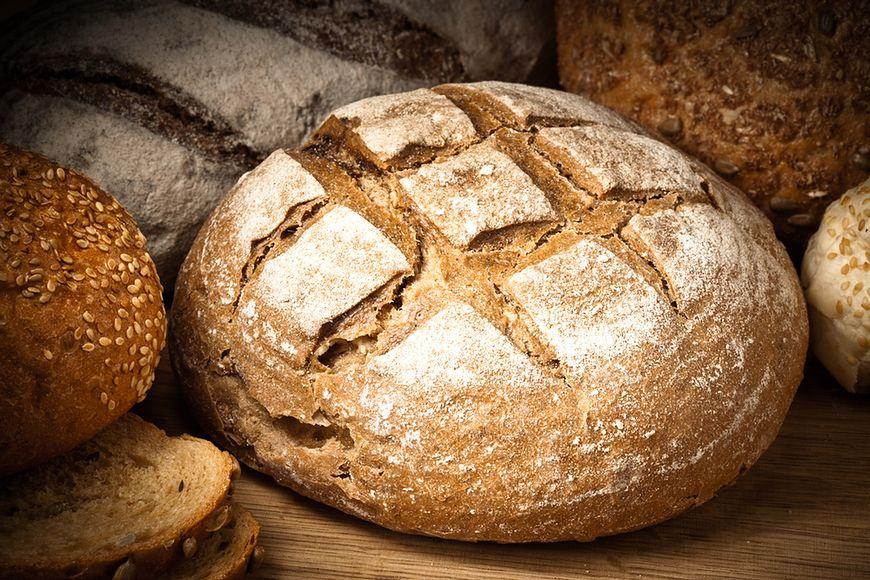 Chleb ma wiele węglowodanów i błonnika