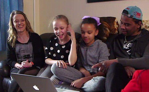 youtube.com Bliźniaczki o różnych kolorach skóry mają rodziców różnych ras