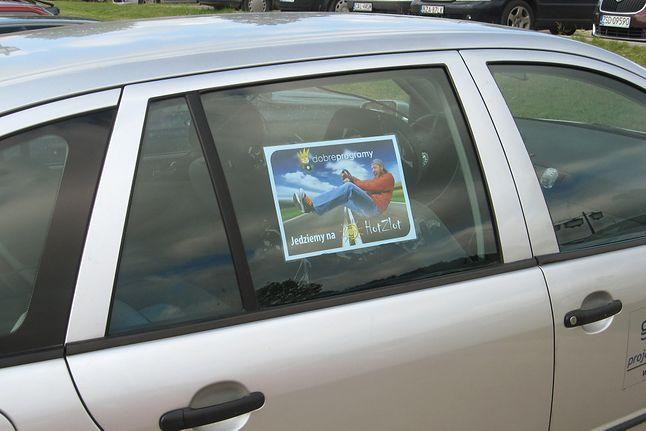 ...inni specjalnie oznaczonymi samochodami