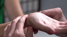 Drętwiejące dłonie w trakcie snu? Poznaj przyczynę (WIDEO)