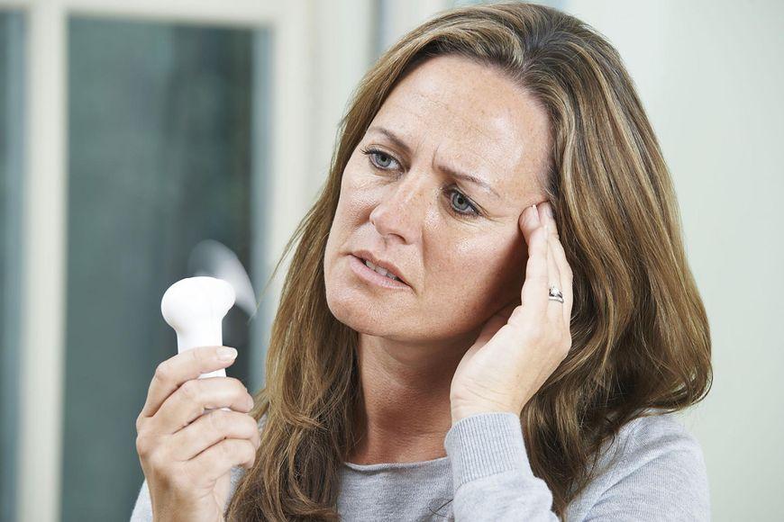 Nadmierna potliwość dłoni może oznaczać menopauzę