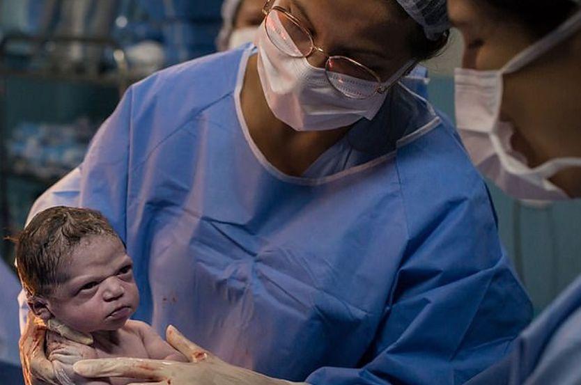 Wściekły noworodek podbija sieć. Wystarczy tylko spojrzeć na jego zdjęcie, a wszystko będzie jasne
