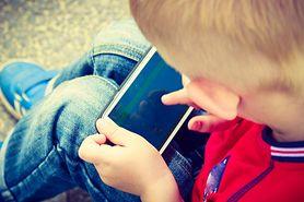 W ten sposób uzależniasz swoje dziecko od smartfona. Nigdy tego nie rób!