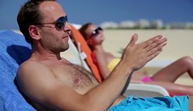 Coca-cola przyspiesza opalanie? Niebezpieczny trend trafił na plaże! (WIDEO)