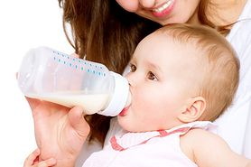 Karmienie butelką - jak prawidłowo karmić butelką?