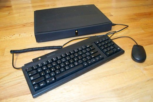 Apple ITB miało współpracować z myszka i kalwiaturą ADB. Jednak w odróżnieniu od tych, używanych w komputerach Mac, te miały być czarne.