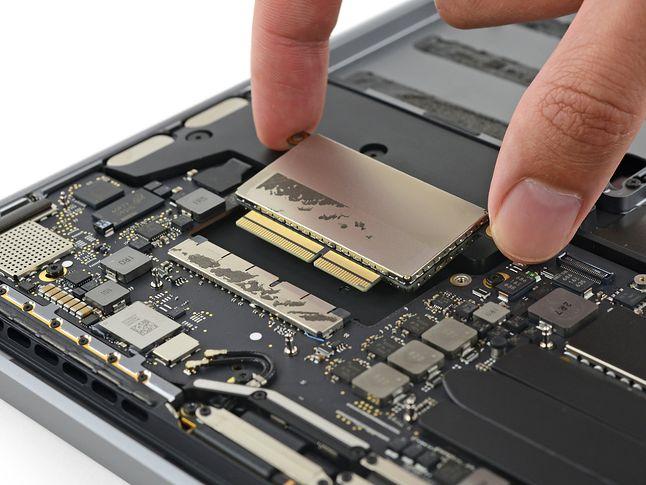 Niewielki dysk SSD to prawdziwy demon prędkości. Pamięć SanDisk, ale kontroler Apple. (Zdjęcie: iFixit)