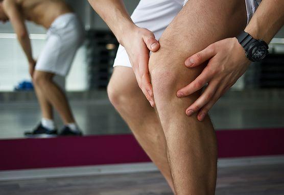 Bolesna przypadłość - zwichnięcie kolana. Sprawdź, w jaki sposób sobie z nią poradzić