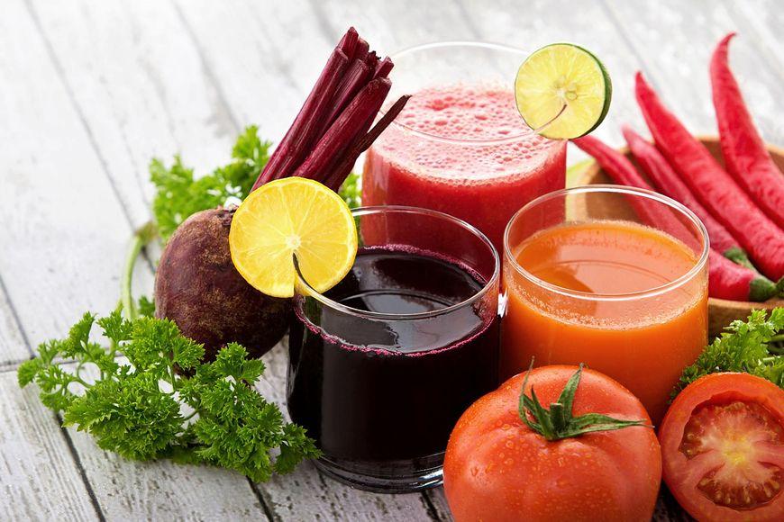 123rf.com W diecie dla zdrowia wątroby powinny znaleźć się buraki, pomidory, marchew