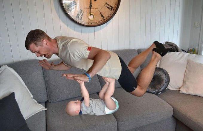 Mężczyzna podpiera się o ręce syna